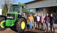 Prefeitura recebe trator para auxiliar produtores rurais